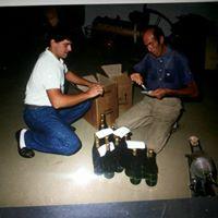 Foto ricordo di Gerolamo e Carlo impegnati nell'etichettatura